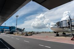 BALI/INDONESIA- 27 DE MARZO DE 2019: Manera del taxi en el aeropuerto de Ngurah Rai cuando un día soleado con un poco de cúmulo y foto de archivo