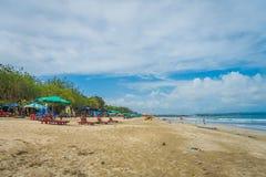 BALI INDONESIA 8 DE MARZO DE 2017: Turistas con marea baja de la última hora de la tarde que dan un paseo en la playa de Legian Fotos de archivo