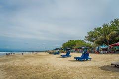 BALI INDONESIA 8 DE MARZO DE 2017: Turistas con marea baja de la última hora de la tarde que dan un paseo en la playa de Legian Foto de archivo