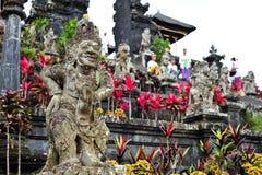 BALI, INDONESIA 28 DE MAYO DE 2015: Demonios del templo de Besakih Imágenes de archivo libres de regalías