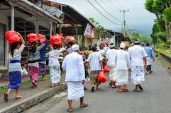 BALI, INDONESIA 28 DE MAYO DE 2015: Peregrinos que viajan al templo de Besakih Foto de archivo libre de regalías