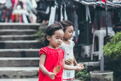 BALI, INDONESIA - 17 DE MAYO DE 2018: Muchachas del Balinese en Ubud Niños indonesios Imagen de archivo libre de regalías