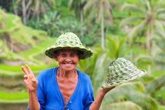 BALI, INDONESIA - 9 de septiembre de 2013: venta local feliz ha de la mujer Foto de archivo libre de regalías
