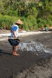 Producción de sal tradicional del mar encendido en la arena negra volcánica, B Imagenes de archivo