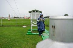 21 bali/indonesia-DECEMBER 2017: Een meteorologische waarnemer controleert de meteorologische kooi bij meteorologietuin om hulpmi stock afbeeldingen