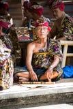 BALI, INDONESIA, DICIEMBRE, 24,2014: músico mayor que se sienta en f Foto de archivo