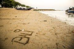 Bali Indonesia escrita en puesta del sol de la playa de Sanur de la arena Imágenes de archivo libres de regalías