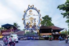 Bali, Indonesia, escultura grande en los cruces en Ubud Arjuna la estatua del guerrero imagen de archivo libre de regalías