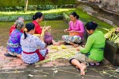 Bali, Indonesia, il 3 maggio 2015 Le donne di balinese fanno le decorazioni di Immagini Stock