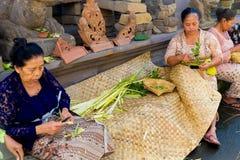 Bali, Indonesia, il 3 maggio 2015 Le donne di balinese fanno le decorazioni di Fotografia Stock