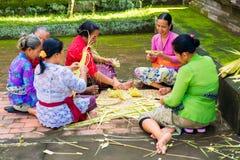 Bali, Indonesia, il 3 maggio 2015 Le donne di balinese fanno le decorazioni di Immagine Stock