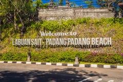 BALI, INDONESIA - MAGGIO 2018: Spiaggia di Padang Padang dell'iscrizione, isola di Bali fotografie stock libere da diritti