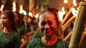 BALI, INDONESIA - 25 MARZO 2018: La gente indonesiana non identificata celebra il nuovo anno di balinese Donne ed uomini di prega archivi video