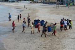 BALI/INDONESIA-MAY 15 2019年:在他们抓了在公海后的鱼一些传统巴厘语小船回到了土地 免版税图库摄影