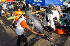 BALI/INDONESIA-MAY 15 2019年:Kedonganan巴厘岛鱼市的大气与五颜六色的伞的在每个报亭 ?? 库存图片