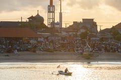 BALI/INDONESIA-MAY 15 2019: atmosf?ren av porten av Jimbaran, den fiska mitten i Bali, n?r morgonsolen stiger med a arkivbild