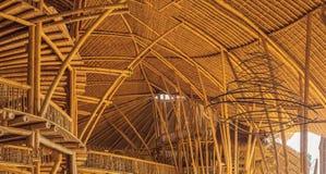 BALI, INDONESIA - MAYO DE 2018: Pueblo de bambú de la escuela verde, casas tradicionales construidas por el bambú con el tejado d imagen de archivo libre de regalías