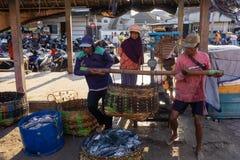 15 bali/indonesia-MEI 2019: De vangst van de vissers wordt onmiddellijk gewogen bij de plaats van de vissenveiling De geplaatste  royalty-vrije stock foto