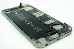 17 bali/indonesia-MEI 2019: Foto van een iPhone 6 met gebroken vertoning Ge?soleerd op wit met exemplaarruimte royalty-vrije stock foto's