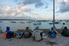 15 bali/indonesia-MEI 2019: Voor een zonnige en lichtjes bewolkte dag, brengen sommige mensen hun weekend met visserij door Zij z royalty-vrije stock foto