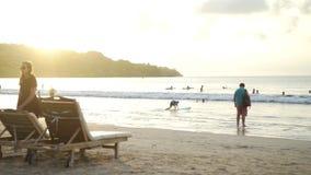 BALI, INDONESIA - OCTUBRE DE 2017: Puesta del sol asombrosa sobre la playa tropical Bali de Jimbaran almacen de video