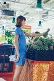 BALI, INDONESIA - 2 OTTOBRE 2017: Giovane donna alla galleria di Bali del supermercato, isola di Bali, Indonesia fotografia stock