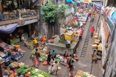 Bali, Indonesia - 9 settembre 2017: Mercato del mercato, dei fiori, della frutta e di verdura di mattina di Pasar Kumbasari Ubud, fotografie stock