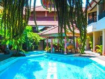 Bali, Indonesien - 9. April 2012: Ansicht des Swimmingpools im Flora Kuta Bali-Hotel Lizenzfreies Stockfoto