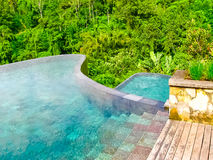 Bali, Indonesien - 13. April 2014: Ansicht des Swimmingpools im Hotel hängender Gärten Ubud Stockbild