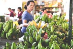 BALI, INDONESIEN - 14. APRIL 2017: Ein Bündel der mittleren rohen und reifen angebauten Banane auf organischem lokalem Markt Lizenzfreie Stockfotografie