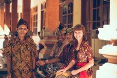 BALI INDONESIEN - APRIL 13, 2018: Folk på balinesebröllopceremoni Traditionellt bröllop Arkivfoto