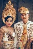 BALI INDONESIEN - APRIL 13, 2018: Folk på balinesebröllopceremoni Traditionellt bröllop Fotografering för Bildbyråer