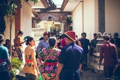 BALI INDONESIEN - APRIL 13, 2018: Folk på balinesebröllopceremoni Traditionellt bröllop Arkivbild