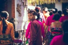BALI INDONESIEN - APRIL 13, 2018: Folk på balinesebröllopceremoni Traditionellt bröllop Arkivfoton