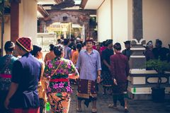 BALI INDONESIEN - APRIL 13, 2018: Folk på balinesebröllopceremoni Traditionellt bröllop Royaltyfri Foto