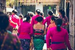 BALI INDONESIEN - APRIL 13, 2018: Folk på balinesebröllopceremoni Traditionellt bröllop Arkivbilder