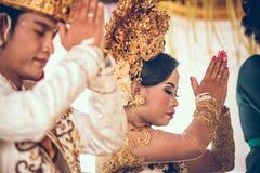BALI INDONESIEN - APRIL 13, 2018: Nygifta personer på balinesebröllopceremoni Traditionellt bröllop Royaltyfri Fotografi