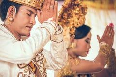BALI INDONESIEN - APRIL 13, 2018: Nygifta personer på balinesebröllopceremoni Traditionellt bröllop Royaltyfri Bild