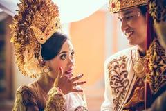 BALI INDONESIEN - APRIL 13, 2018: Nygifta personer på balinesebröllopceremoni Traditionellt bröllop Royaltyfria Bilder