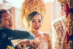 BALI INDONESIEN - APRIL 13, 2018: Nygifta personer på balinesebröllopceremoni Traditionellt bröllop Arkivfoton