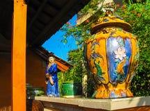 Bali Indonesien - April 11, 2012: Sikt av trämöblemang, målning, en arbetskonst på den Tanah Merah semesterorten Royaltyfri Bild