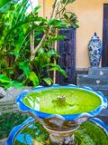 Bali Indonesien - April 11, 2012: Sikt av trämöblemang, målning, en arbetskonst på den Tanah Merah semesterorten Royaltyfria Bilder