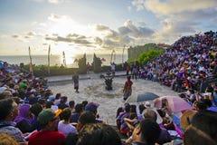 Bali, Indonesien - 19. April: Touristen passen traditionellen Balinese auf Stockfotografie