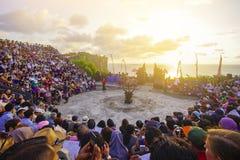 Bali, Indonesien - 19. April: Touristen passen traditionellen Balinese auf Stockbilder