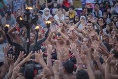 Bali, Indonesien - 19. April: Touristen passen traditionellen Balinese auf Lizenzfreie Stockbilder