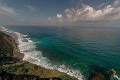 Bali Indonesien - Cliff Facing Indian Ocean med episka vågor royaltyfri bild