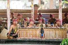 BALI INDONESIEN, DECEMBER, 24,2014: gruppen av musiker spelar trad Royaltyfria Bilder