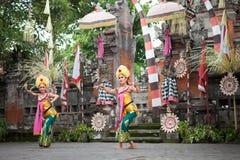 BALI INDONESIEN, DECEMBER, 24,2014: Två kvinnliga dansare i tradi Arkivbild
