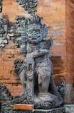 Bali, Indonesien - 13. Dezember 2017: Alte Balinesestatue Stockbild