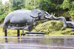 Bali Indonesien, elefantskulptur på ingången till slagträgrottan Goa Lavah royaltyfri foto